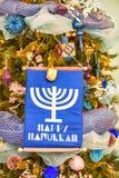 De kerstboom is prachtig verfraaid met kleurrijk speelgoed, slingers, sterren stock afbeeldingen