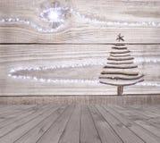 De kerstboom schikte van stokken op lege houten deklijst aangaande sparkly grijze achtergrond Klaar voor de montering van de prod Stock Fotografie