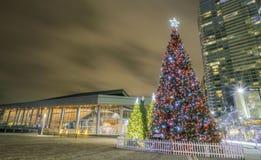 De kerstboom steekt decoratie aan Stock Afbeeldingen