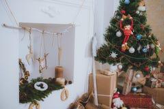 De kerstboom, stelt en open haard voor Stock Fotografie
