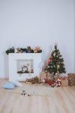De kerstboom, stelt en open haard voor Royalty-vrije Stock Afbeelding
