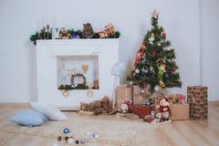 De kerstboom, stelt en open haard voor Royalty-vrije Stock Foto's