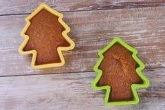 De Kerstboom van Cupcakes in een bakselschotel Stock Afbeelding