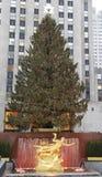 De Kerstboom van het Rockefellercentrum en standbeeld van Prometheus bij het Lagere Plein van Rockefeller-Centrum in Uit het stads Stock Foto