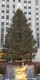 De Kerstboom van het Rockefellercentrum en standbeeld van Prometheus bij het Lagere Plein van Rockefeller-Centrum in Uit het stads Stock Foto's