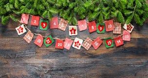 De Kerstboom van de komstkalender vertakt zich houten achtergrond Stock Afbeeldingen