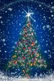 De Kerstboom van Sparkly op de Blauwe Sterrige Hemel van de Nacht Royalty-vrije Stock Fotografie