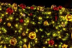 De kerstboom verfraaide rode gouden ballen Royalty-vrije Stock Foto's