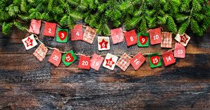 De kerstboom vertakt zich de houten achtergrond van de Komstkalender vintag stock afbeelding