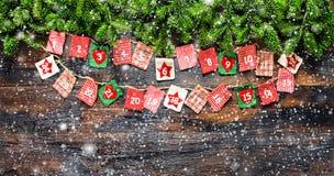 De kerstboom vertakt zich de uitstekende sneeuw van de Komstkalender Royalty-vrije Stock Fotografie