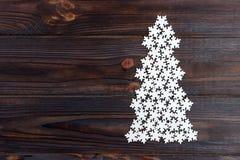De kerstboom wordt gemaakt van witte decoratieve houten sneeuwvlokken royalty-vrije stock afbeelding