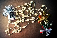 De kerstboomdecoratie, fonkelen kristalparels, zilveren en gouden klok, zilveren schoenen Stock Fotografie