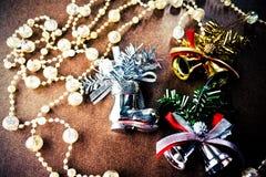 De kerstboomdecoratie, fonkelen kristalparels, zilveren en gouden klok, zilveren schoenen Stock Foto