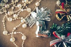 De kerstboomdecoratie, fonkelen kristalparels, zilveren en gouden klok, zilveren schoenen Royalty-vrije Stock Afbeelding