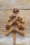 De kerstkaart met Kerstmisspar maakte van kruidenpijpjes kaneel, anijsplantster en rietsuiker op rustieke houten achtergrond Royalty-vrije Stock Afbeeldingen