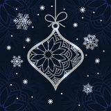 De kerstkaart met zilver schittert snuisterij en sneeuwvlokken Stock Afbeelding