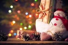 De kerstkaartsneeuwman siert de lichtenachtergrond van de giftenboom Stock Afbeeldingen