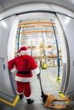De Kerstman & de poort aan het centrum van de giftdistributie Royalty-vrije Stock Afbeeldingen