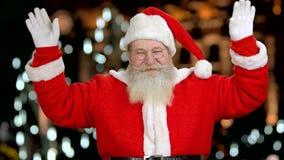 De kerstman is blij om u te zien stock video