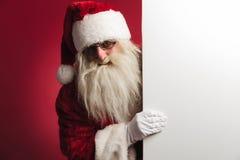 De Kerstman die een grote lege raad tonen Stock Afbeeldingen
