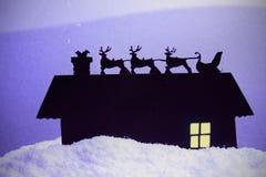 De Kerstman die onderaan een schoorsteen beklimt Stock Afbeeldingen