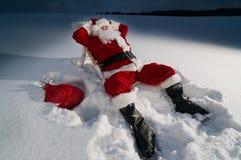 De kerstman die op a ontspannen sunbed stock afbeelding
