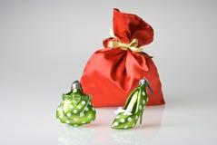 De kerstman doet hoogtepunt van Kerstmis in zakken voorstelt Stock Fotografie
