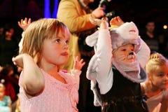 De Kerstman draagt giften kinderen bij een de partijkostuum van kinderen, Carnaval van het nieuwe jaar Royalty-vrije Stock Foto's