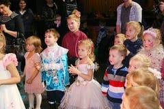De Kerstman draagt giften kinderen bij een de partijkostuum van kinderen, Carnaval van het nieuwe jaar Stock Foto