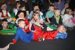 De Kerstman draagt giften kinderen bij een de partijkostuum van kinderen, Carnaval van het nieuwe jaar Stock Afbeeldingen