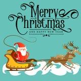 De Kerstman in een rood hoed en een jasje, met een baardstormlopen in een ar die zijn rendier achtervolgen, huwt van Kerstmis en  Stock Afbeeldingen