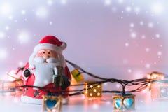 De Kerstman en gloeilamp op witte achtergrond Stock Fotografie
