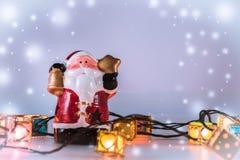 De Kerstman en gloeilamp op witte achtergrond Stock Afbeelding