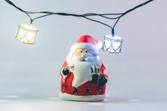 De Kerstman en gloeilamp op witte achtergrond Stock Foto's