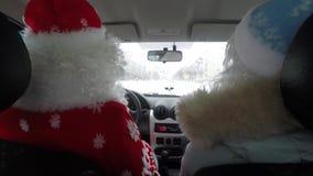 De kerstman en het Meisje van de kleindochtersneeuw gaan naar auto's stock videobeelden