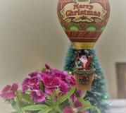 De kerstman komt aan stad met een ballon royalty-vrije stock afbeeldingen