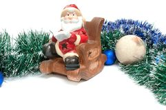 De Kerstman leest hoger dan de decoratie van boekkerstmis op w Royalty-vrije Stock Foto's