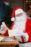 De kerstman leest zijn post Stock Foto