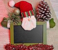 De Kerstman met decoratie en schrijvende raad royalty-vrije stock foto