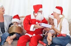 De Kerstman met een gelukkige familie Royalty-vrije Stock Afbeeldingen