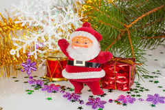 De Kerstman met een trommel en een gift Stock Foto's