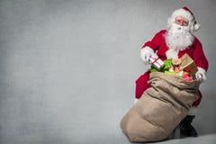 De Kerstman met een Zak van stelt voor royalty-vrije stock afbeelding