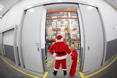 De Kerstman met lege zak die in het groot shopp doet Royalty-vrije Stock Afbeeldingen