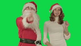 De Kerstman met mooi dansend meisje op Green stock videobeelden