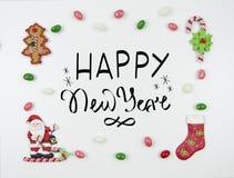 De Kerstman op een slee Kader van snoepjes met een mooie inschrijving en een het van letters voorzien wens Vlak leg Trandykaart stock afbeelding