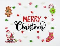De Kerstman op een slee Kader van snoepjes met een mooie inschrijving en een het van letters voorzien wens Vlak leg In vrolijke k stock afbeelding