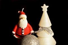 De Kerstman op een slee Kerstmisdecoratie, bal, boom en Santa Claus-kaarsen royalty-vrije stock foto's