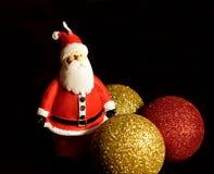 De Kerstman op een slee Kerstmisdecoratie, ballen en Santa Claus stock fotografie
