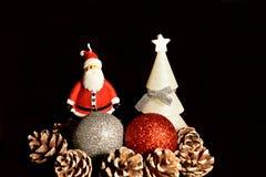 De Kerstman op een slee Kerstmisdecoratie, ballen en Santa Claus stock afbeeldingen