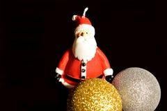 De Kerstman op een slee Kerstmisdecoratie, ballen en Santa Claus-kaars stock foto's